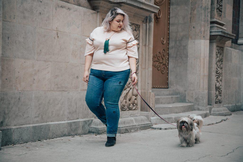 fat-gab-gabilu-mireles-curvy-blogger-moda-estilo-look-outfit-gorda-curvy-curvas-tallas-grandes-tips-sueter-rosa-pelo-belleza-consejos-tips-violeta-mango