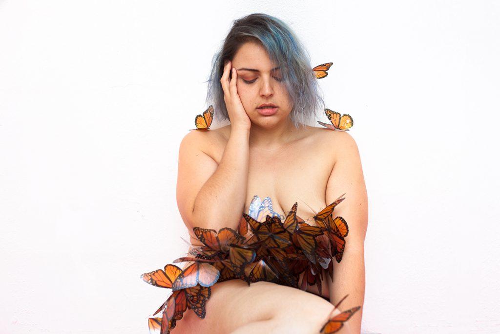 gabilu-mireles-fat-gab-curvy-blogger-blog-moda-curvy-curvas-tallas-grandes-miedo-terapia-ayuda-psicologia-apoyo-miedo-cambio-ansiedad-amor-propio-mexicana-monarca-mariposa-arte-david-romero-lord-mariposa-fotografia-fotos-desnudo-gorda-piel-pelo-azul-web